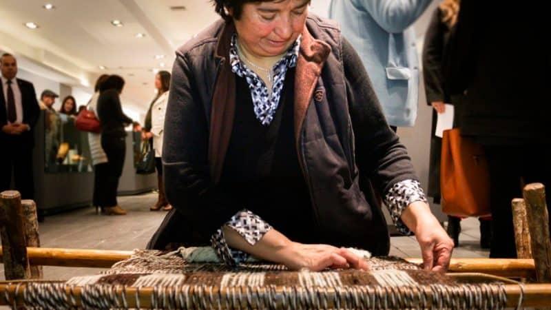 Adriana Tureuna, artesana en telar